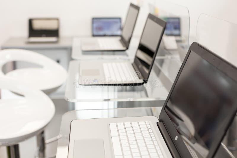 Nouveaux ouverts ordinateurs portables sur un bureau en verre