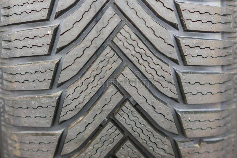nouveaux pneus à vendre à la cabine dans le magasin Bande de roulement de pneu de saison d'hiver Pneus de voiture tous neufs sur  photo libre de droits