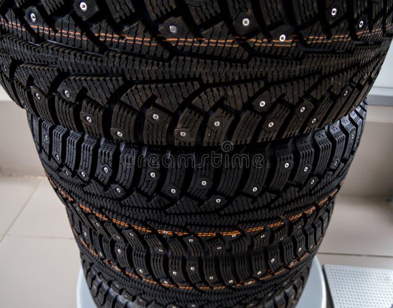 Nouveaux pneus de voiture de ` d'hiver de ` empilés dans une pile photo stock