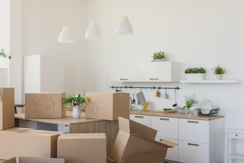 Nouveaux propriétaires déballant les boîtes, grandes boîtes en carton dans la nouvelle maison Déplacement à un nouveau concept d' photo libre de droits