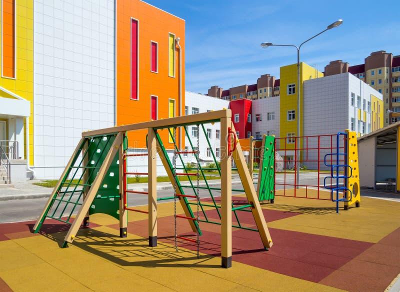 Nouveaux sports et terrain de jeu près du bâtiment scolaire image stock