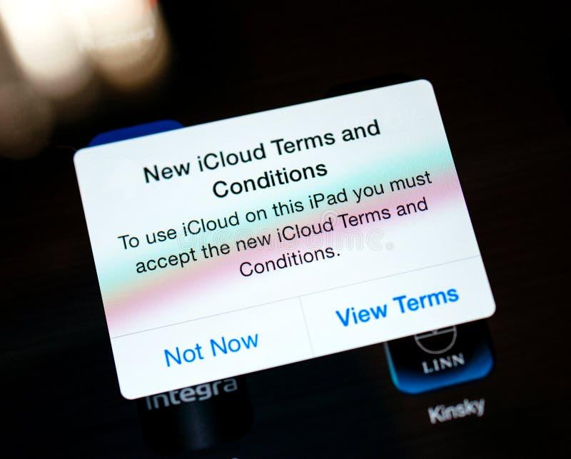 Nouveaux termes et conditions d'iCloud sur l'écran d'ipAd d'Apple Comput image stock
