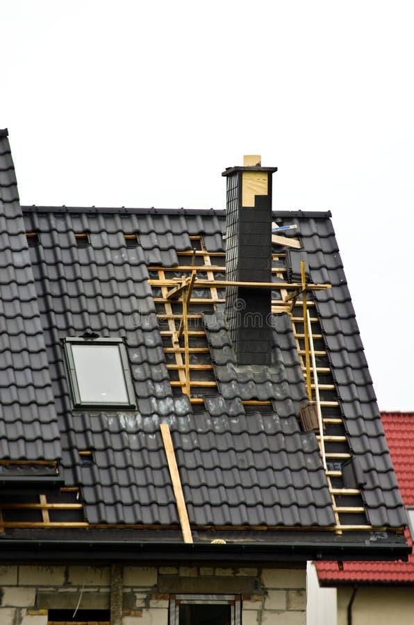 Nouveaux toit et cheminée en construction images libres de droits