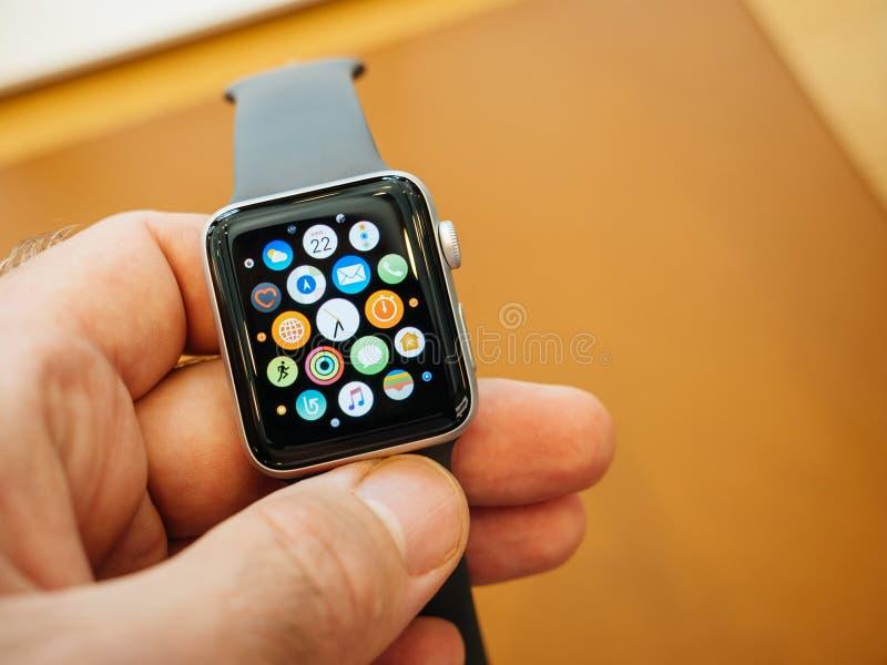Nouvel Apple observent la montre de pomme d'écran d'accueil de la série 3 images libres de droits
