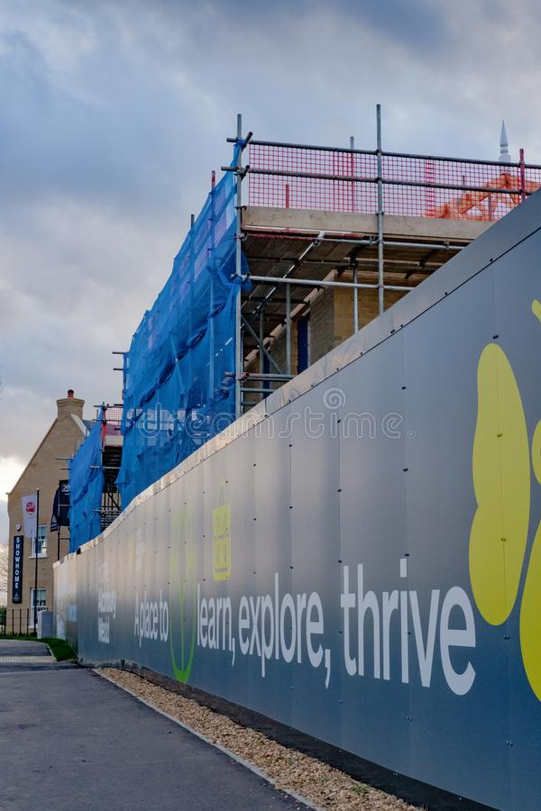 Nouvel ensemble immobilier privé montrant scaffholding et sécurité neeting image stock
