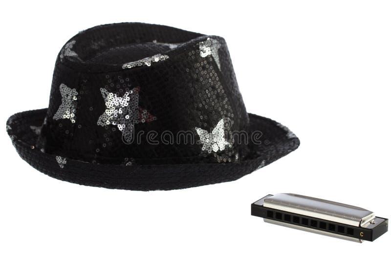 Nouvel harmonica classique de métal et de chapeau de partie sur un backgr blanc photos stock