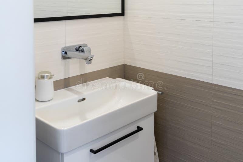 Nouvel intérieur moderne de salle de bains avec l'évier et le robinet d?tail photo stock