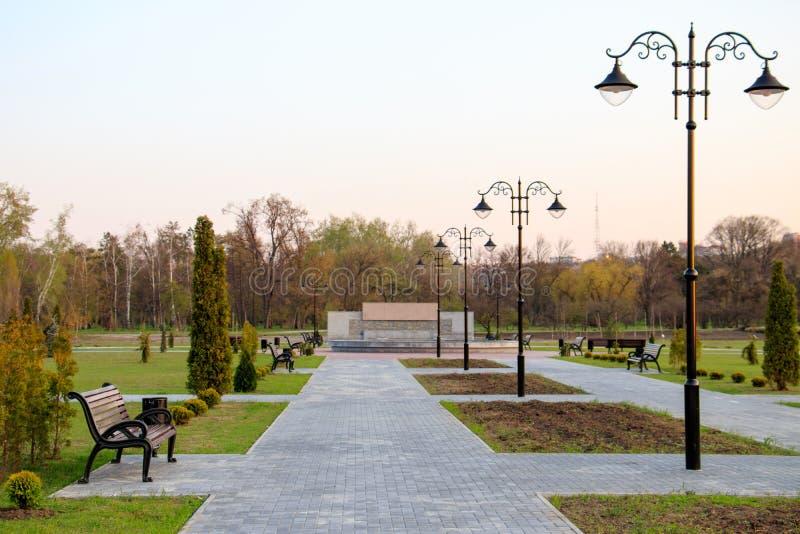 Nouvelle allée en parc de dendrarium à chisinau image libre de droits