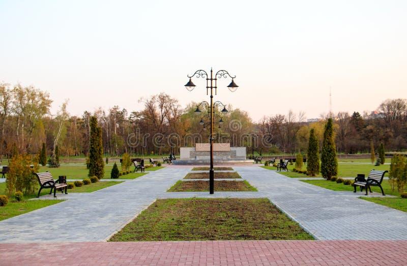 Nouvelle allée en parc de dendrarium à chisinau images stock
