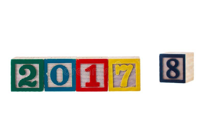 Nouvelle année 2017 écrite sur les blocs en bois sur le fond blanc photo libre de droits