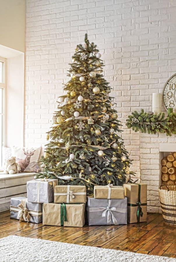 Nouvelle année, arbre de Noël décoré, Noël, intérieur à la maison confortable photo libre de droits