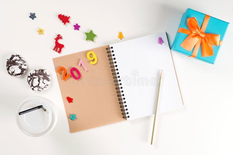 Nouvelle année 2019 Carnet et stylo ouverts sur la table blanche Concept de résolutions du ` s de nouvelle année Fond d'an neuf V photo libre de droits