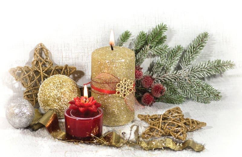 Nouvelle année, carte de vacances de Noël Boules et étoiles rouges et d'or de bougie d'or image libre de droits