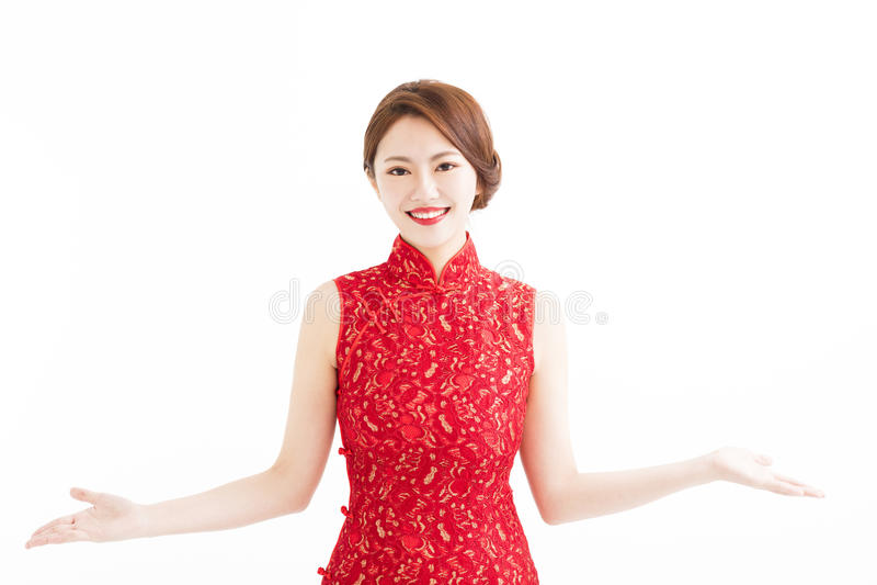 Nouvelle année chinoise heureuse, femme avec le geste de présentation photos stock