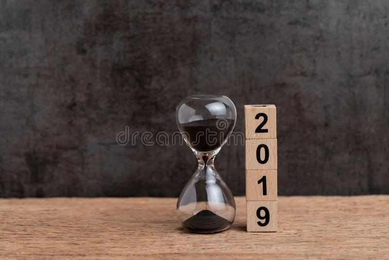 Nouvelle année compte à rebours de 2019 fois ou concept de buts d'affaires, hourglas images stock