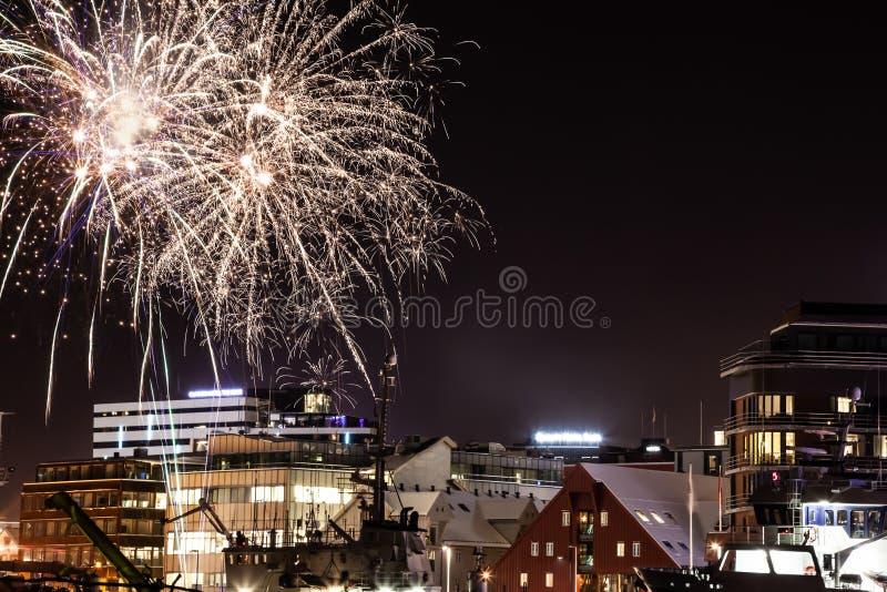Nouvelle année dans Tromso - les feux d'artifice montrent photographie stock libre de droits