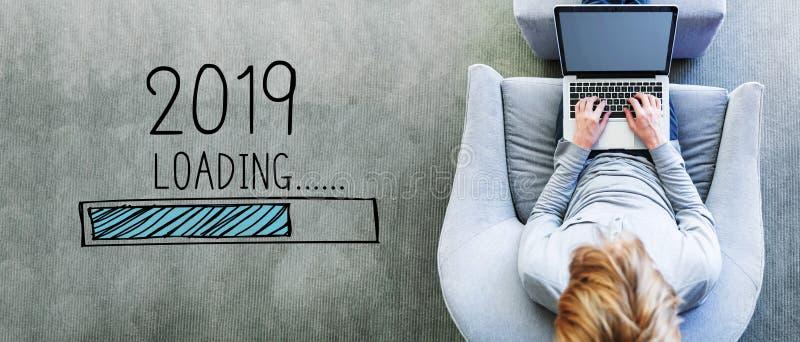 Nouvelle année de chargement 2019 avec l'homme utilisant un ordinateur portable images stock