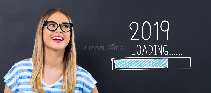 Nouvelle année de chargement 2019 avec la jeune femme heureuse images stock