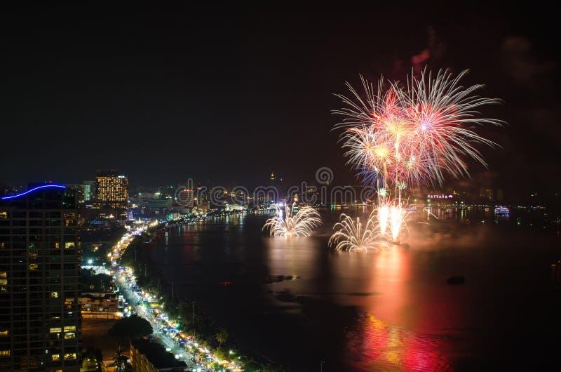 Nouvelle année de feux d'artifice 2014 - célébration 2015 à la plage de Pattaya, Tha photographie stock libre de droits