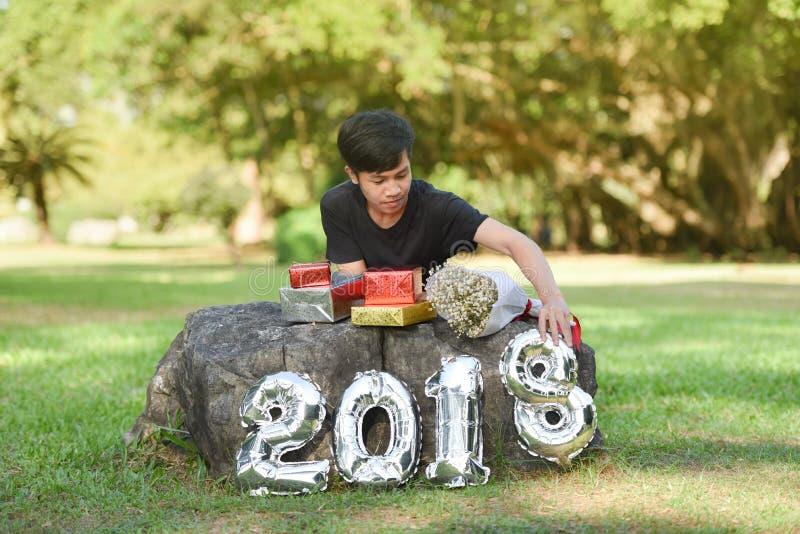 Nouvelle année 2018 de garçon et de boîte-cadeau photos stock