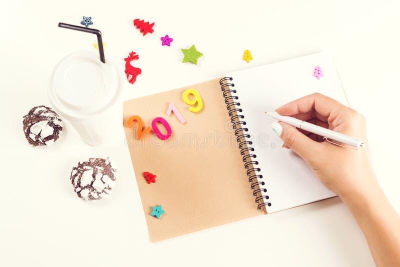 Nouvelle année 2019 et concept de Noël Stylo de participation de main de femme sur le carnet ouvert Les rêves de plans de buts fo photo libre de droits
