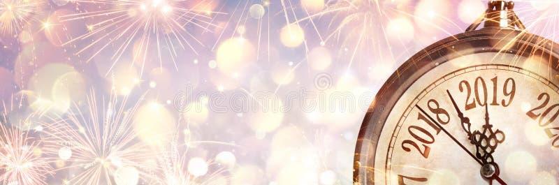 Nouvelle année 2019 - minuit avec l'horloge photographie stock libre de droits