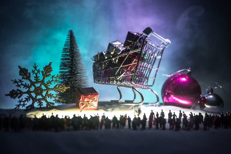 Nouvelle année ou concept d'achats de vacances de Noël Stockez les promotions Silhouette d'une grande foule des personnes observa photographie stock libre de droits