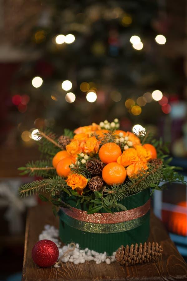 Nouvelle année un bouquet des fleurs et des mandarines photo libre de droits