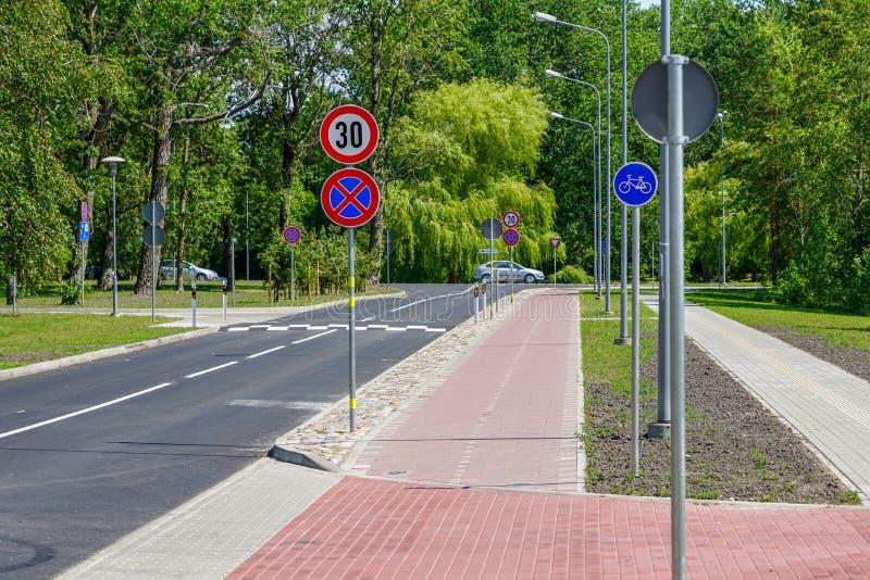 Nouvelle bosse de vitesse de sécurité routière sur une route goudronnée photos stock