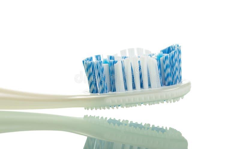 Nouvelle brosse à dents avec les poils raides moyens, d'isolement sur le blanc photographie stock