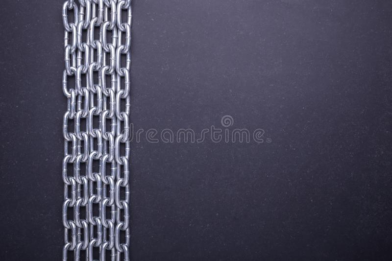 Nouvelle chaîne argentée en métal Vue supérieure sur la pierre noire photos stock