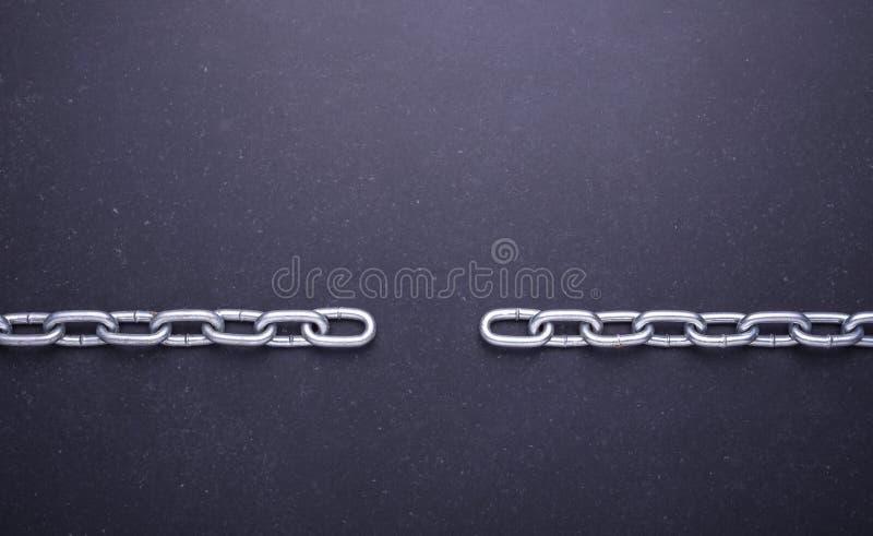 Nouvelle chaîne argentée en métal Vue supérieure sur la pierre noire images libres de droits