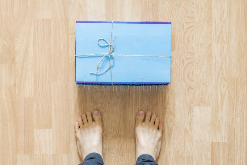 Nouvelle configuration delievered de colis devant des jambes à l'intérieur sur le plancher f image libre de droits