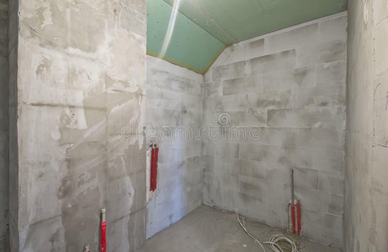 Nouvelle construction de salle de bains images stock
