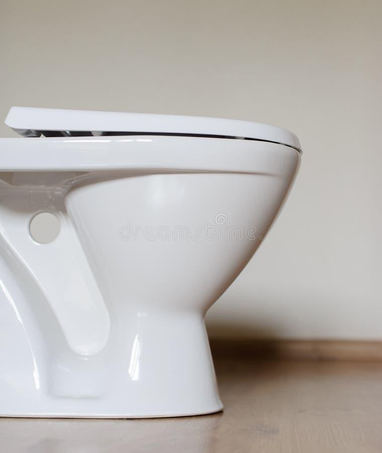 Nouvelle cuvette des toilettes en céramique à la maison photo libre de droits