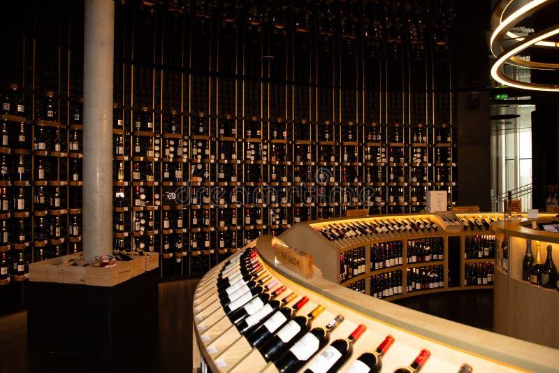 Nouvelle de Bordeaux l'Aquitaine/France - 03 28 2019 : Citez les rangées de du vin des bouteilles de vin à vendre photo stock