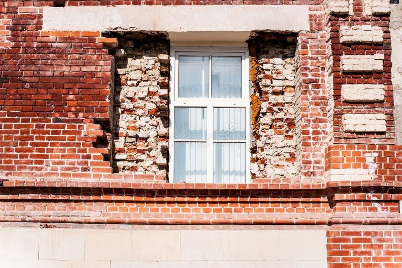 Nouvelle fenêtre dans le vieux bâtiment photo stock