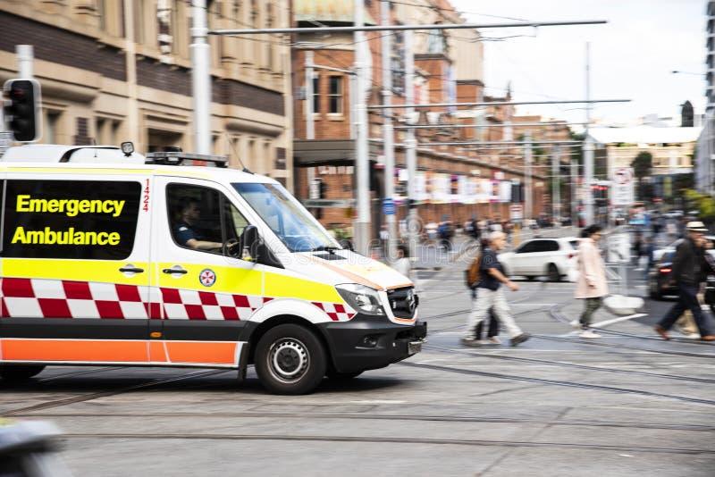 Nouvelle-Galles du Sud Ambulance d'urgence sur George Street Haymarket Chinatown L'image a été prise dans un plan de panoramique image libre de droits