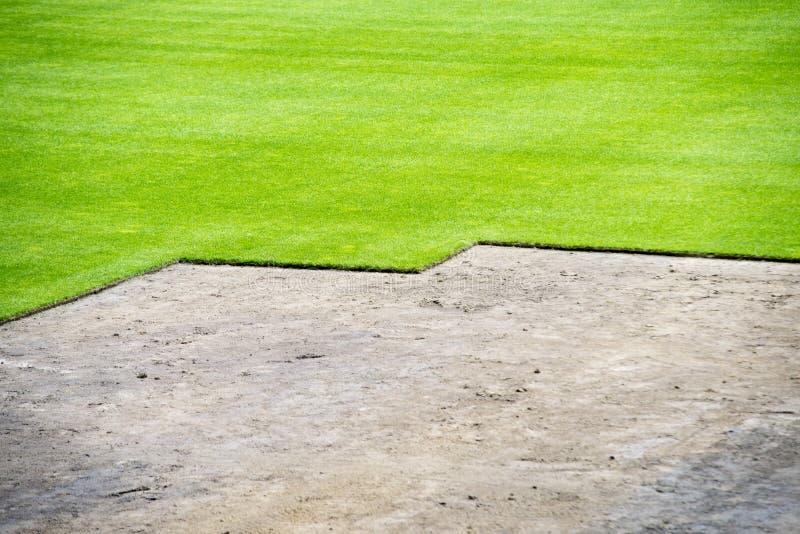 Nouvelle herbe sur le stade de football images libres de droits
