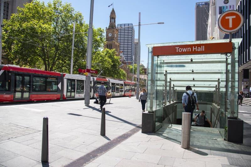 Nouvelle ligne de tramway dans le centre de sydney à la station de l'hôtel de ville l'image montre l'entrée souterraine de la pla photographie stock
