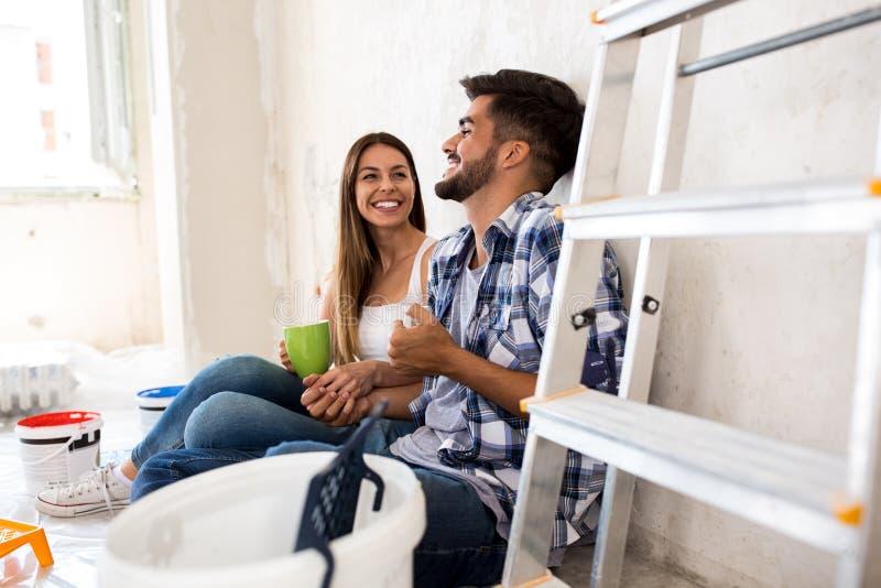 Nouvelle maison de jeune rénovation heureuse de couples photo libre de droits