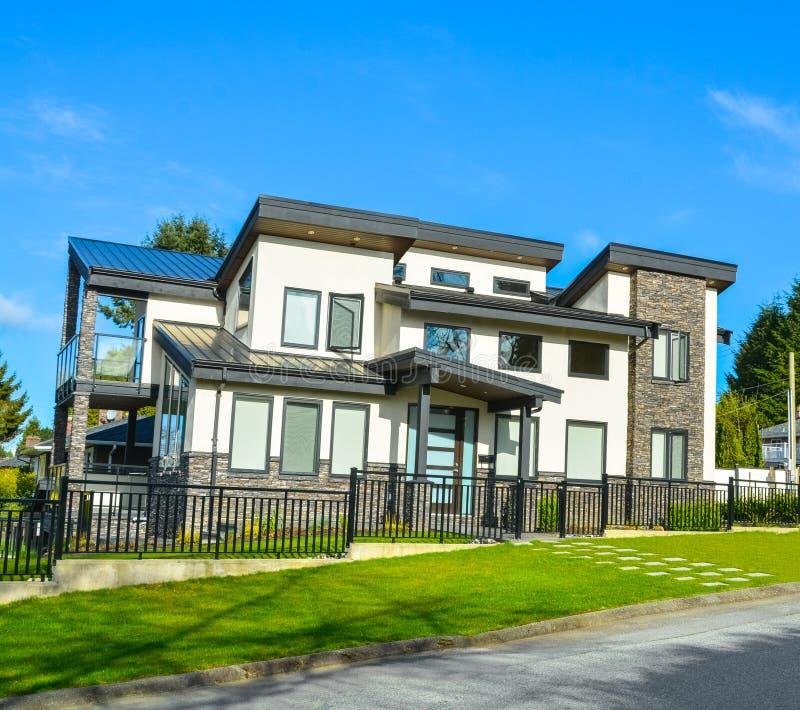 Nouvelle maison de luxe ? vendre Maison r?sidentielle avec parking sur la route photographie stock libre de droits