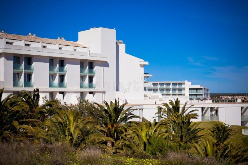 Nouvelle maison de rapport de station de vacances contre le ciel bleu lumineux images stock