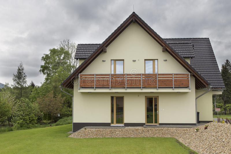 Nouvelle maison européenne moderne de famille photos stock