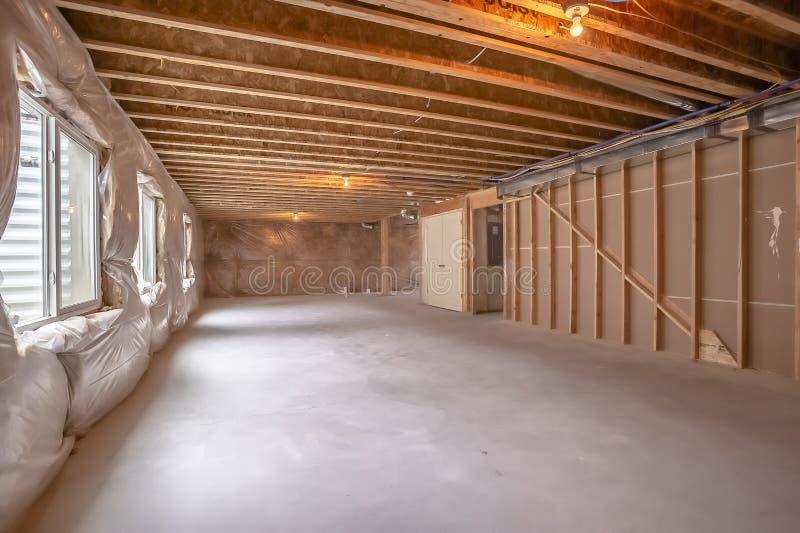 Nouvelle maison intérieure en construction avec l'encadrement en bois évident images stock