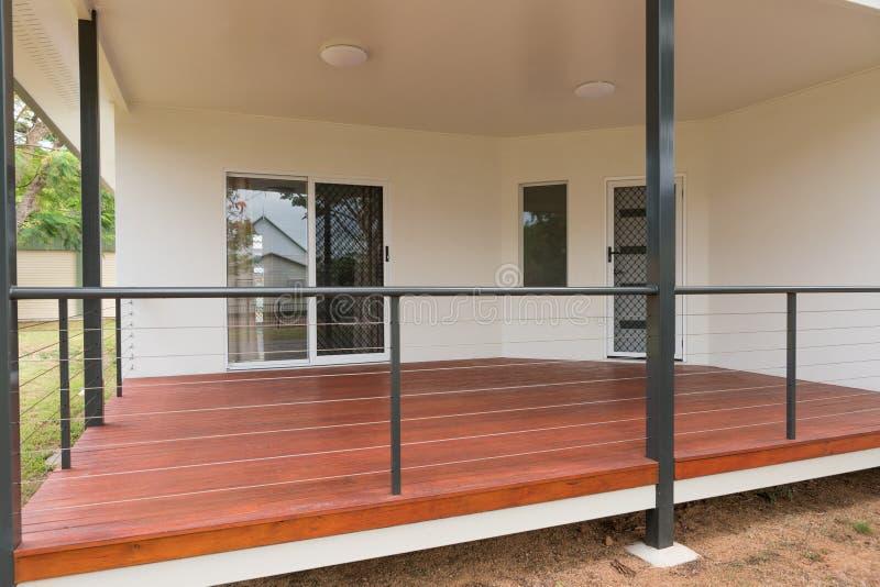 Nouvelle maison moderne avec la plate-forme de bois de construction image libre de droits