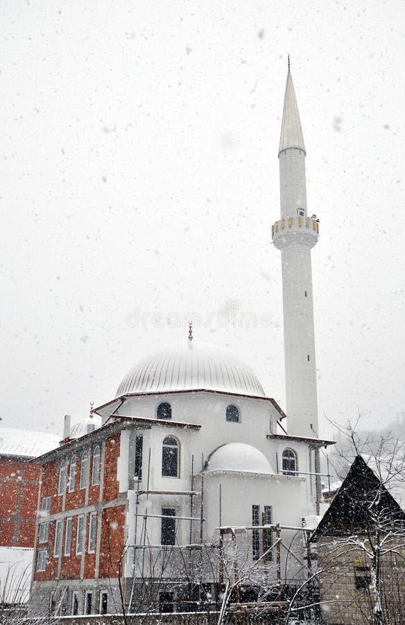Nouvelle mosquée dans la neige photo libre de droits