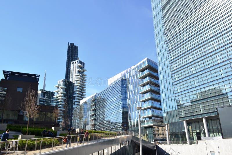 Nouvelle pièce de résidence du secteur Porta Nuova dans le gratte-ciel de Milan et d'Unicredit à l'arrière-plan image stock