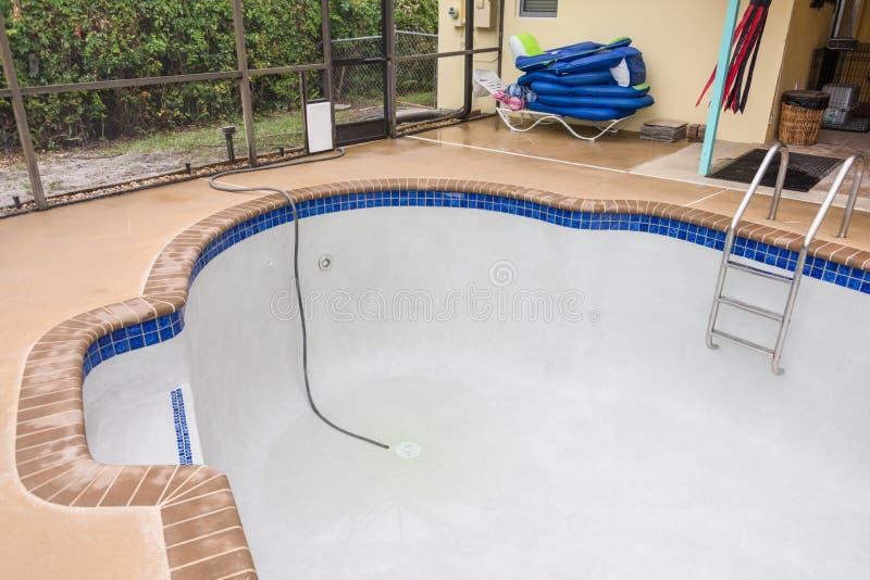 Nouvelle piscine remplissante image libre de droits