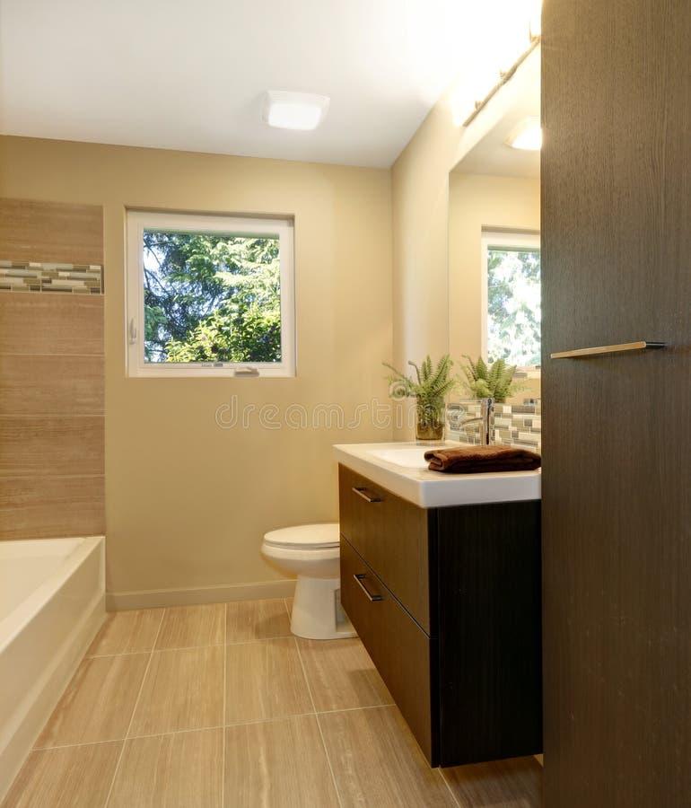 Nouvelle salle de bains moderne beige avec les coffrets et for Salle de bain beige et bois
